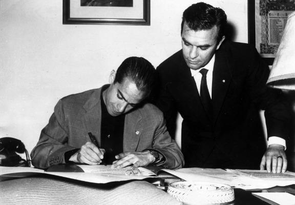 Luis Suárez firmando por el Inter de Milán