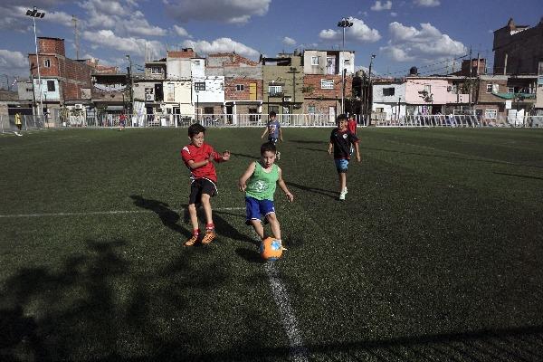 Niños jugando a fútbol (Photo credit should read EITAN ABRAMOVICH/AFP/Getty Images)