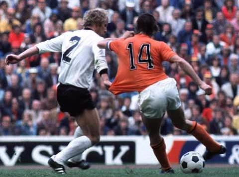 Berti Vogts y Johan Cruyff, uno de los marcajes más representantivos de la historia