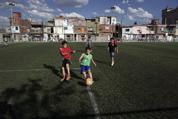 Niños jugando a fútbol (Photo credit should read EITAN ABRAMOVICH/AFP/Getty Images)