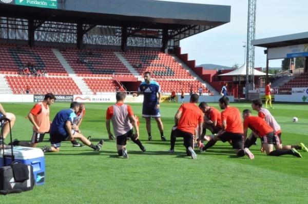 Miguel Alonso dirigiendo una parte de una sesión de entrenamiento